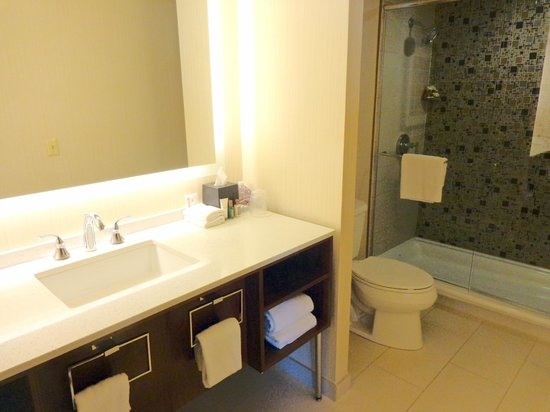 Sheraton Chicago Hotel and Towers: Renovated bathroom