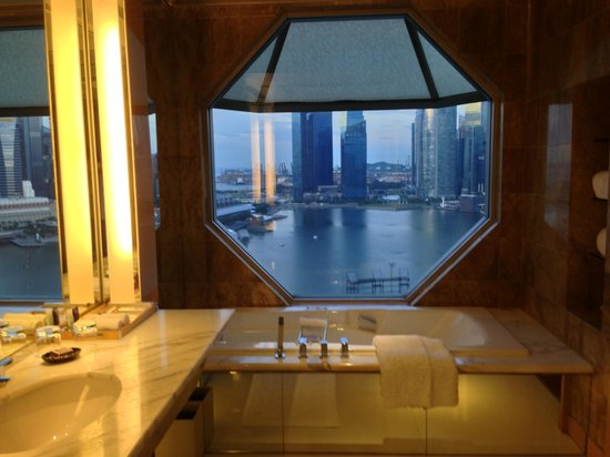 The Ritz-Carlton, Millenia Singapore: bagno con splendida vista