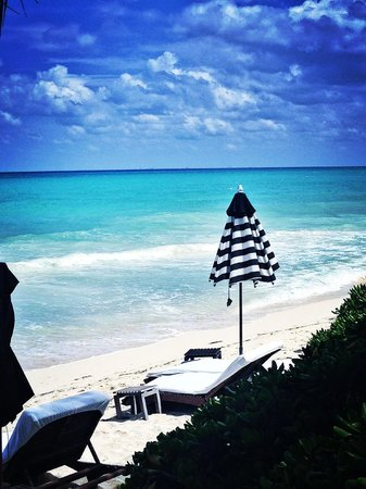 Rosewood Mayakoba: Lounge chairs and umbrellas on the beach
