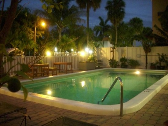 By Eddy Motel: Pool bei Nacht