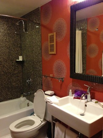 Hotel Maya - a DoubleTree by Hilton Hotel: Bathroom. Beautiful... no issues here.
