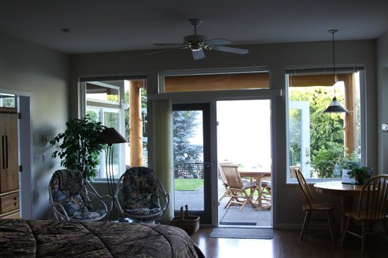 Beachcomber B&amp;B: View from Arbutus Suite