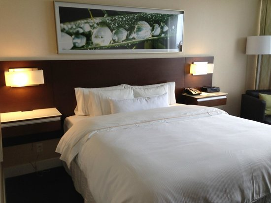 Westin Wall Centre Vancouver Airport: King bed