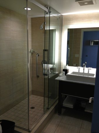 Westin Wall Centre Vancouver Airport: Nice shower