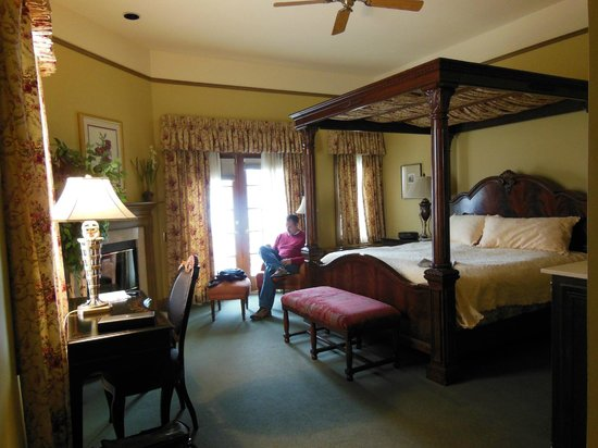 The Herrington Inn & Spa : the room and gigantic bed!