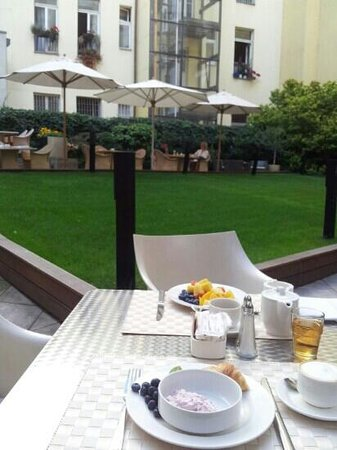 Design Hotel Josef Prague: Colazione in giardino