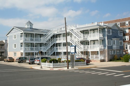 Heritage Inn: Across the street from Cape May Convention Center and beach.