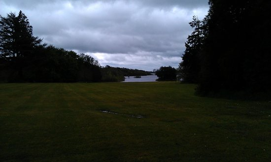 Mohill, Irlande : view of lake 