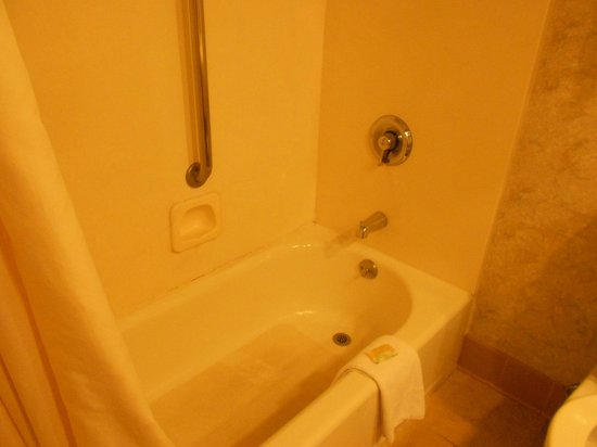 Greenstay Hotel &amp; Suites: bathtub