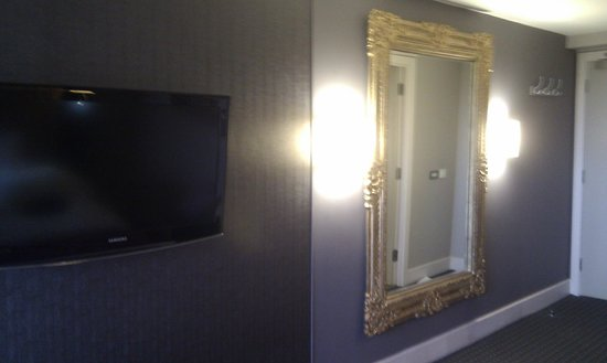 DoubleTree by Hilton Bristol South - Cadbury House: large mirror