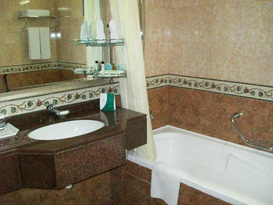 Flora Grand Hotel: Bathroom