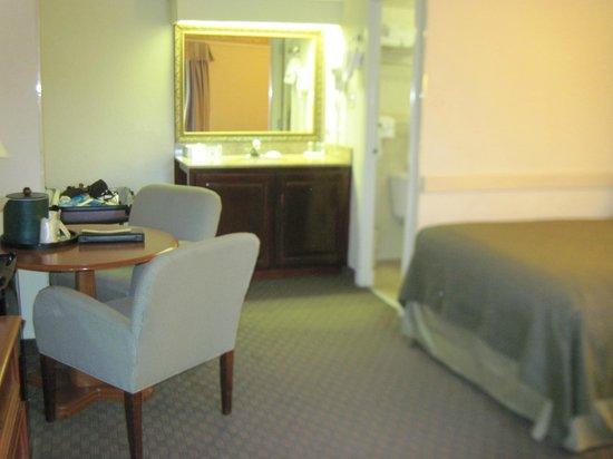 Quality Inn Heart of Savannah: sitting area and vanity, which is outside the bathroom