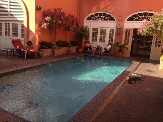 Dauphine Orleans Hotel: relaxing pool area.
