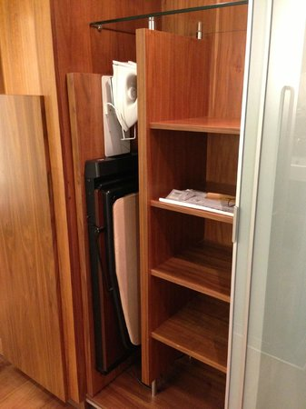 Le Meridien Barcelona: Shelving in closet