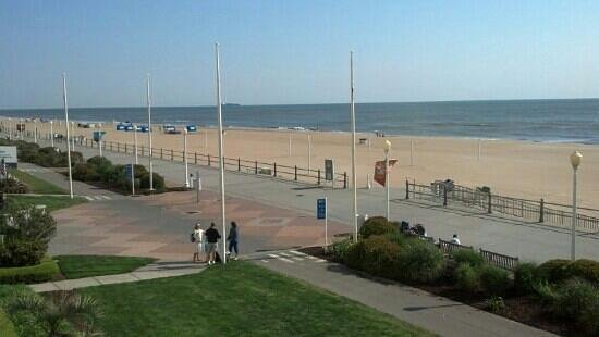 Residence Inn Virginia Beach Oceanfront: view of beach from balcony - 33rd Street and up