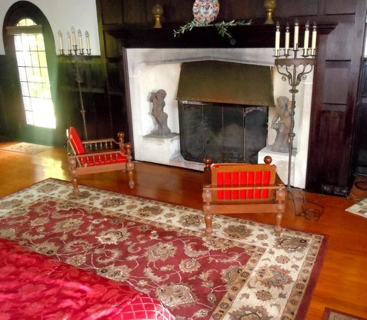 Chateau and Tudor Rooms, Saugerties Bed and Breakfast: tudor room mantle