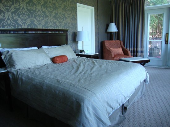 Elm Hurst Inn &amp; Spa: Very comfortable, spacious suite.