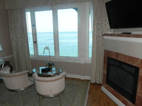 Spindrift Inn: These windows open - enjoy the sound of the surf