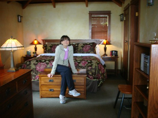 The Elk Cove Inn &amp; Spa: Huge bedroom and dreamy bed!