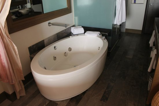 Secrets Vallarta Bay: huge tub in room!