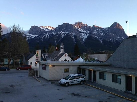 Bow Valley Motel: View to mountains from second floor