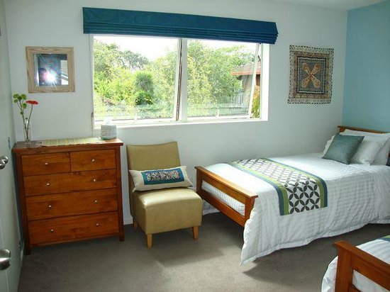 Bayswater, New Zealand: Twin Room with Pacific inspired decor
