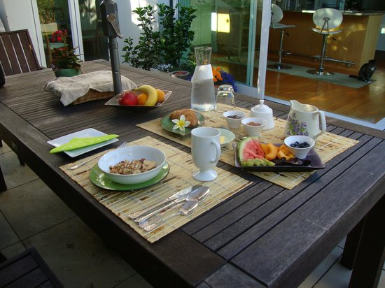 Bayswater, New Zealand: Breakfast for one al fresco on a sunny day
