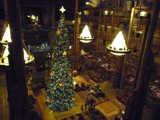Disney's Wilderness Lodge: Lobby with Christmas Tree