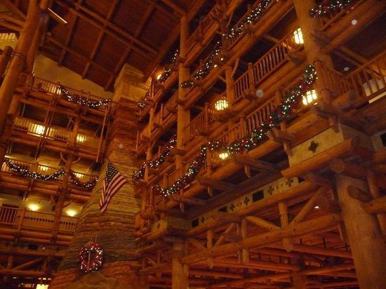 ‪‪Disney's Wilderness Lodge‬: Lobby with Christmas Decorations‬