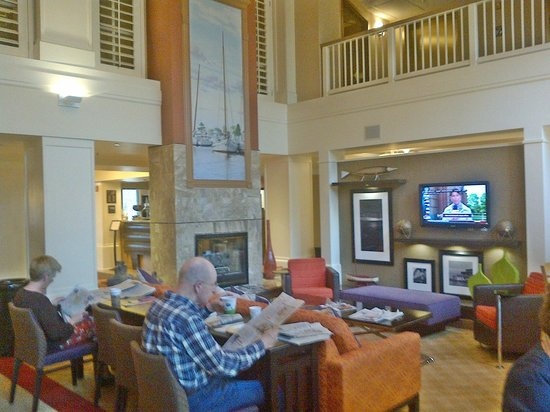 Hampton Inn & Suites Annapolis: Breakfast/lounge area. Behind the camera is the food alcove