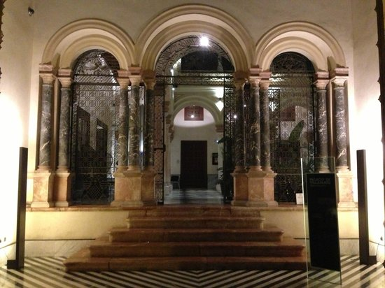AlmaSevilla - Hotel Palacio de Villapanes: Front gates at night