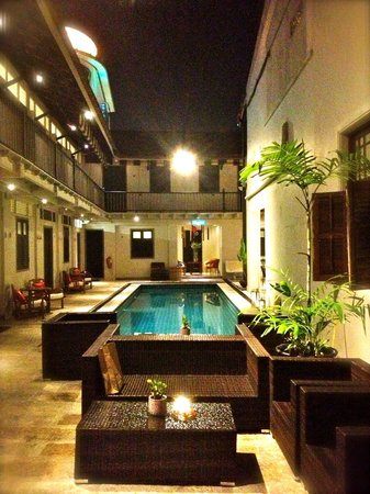 Noordin Mews: Swimming Pool