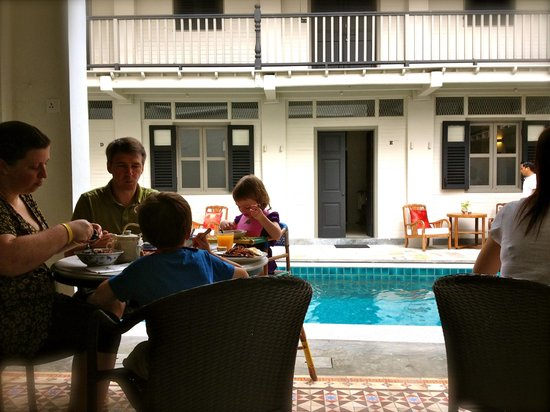 Noordin Mews: Breakfast by the pool