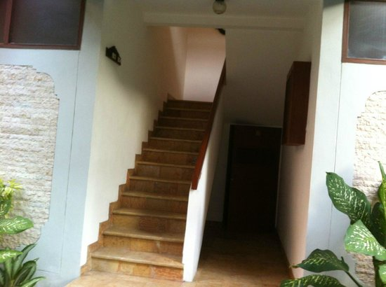 Bali Mandira Beach Resort &amp; Spa: Stairs up to upper level cottage