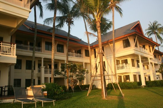 Outrigger Laguna Phuket Beach Resort : The extensive grounds 