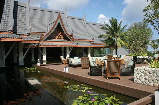 Outrigger Laguna Phuket Beach Resort : The hotel deck (nice for a cocktail) 