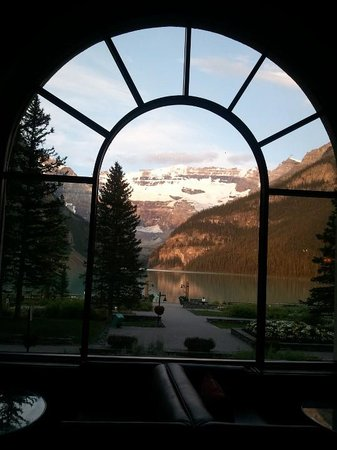 Fairmont Chateau Lake Louise: view of the lake from the lobby