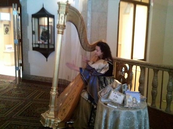 Fairmont Chateau Lake Louise: harpist playing in the lobby