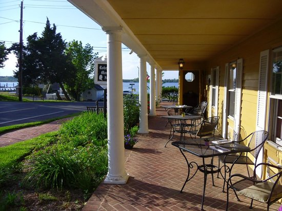 Robert Morris Inn: front porch