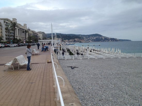 Hyatt Regency Nice Palais de la Mediterranee: view of the beach with hotel at the end on the left