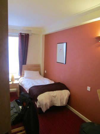 Kensington Close Hotel: Small but clean