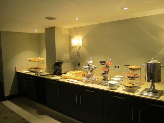 Kensington Close Hotel: Breakfast buffet