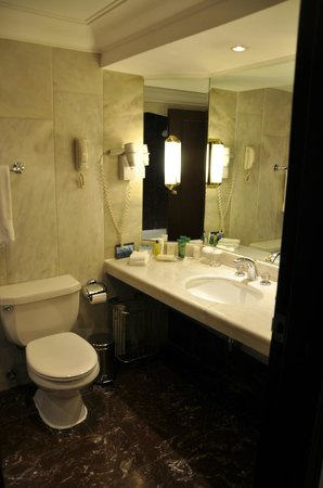 Hilton Istanbul: bathroom