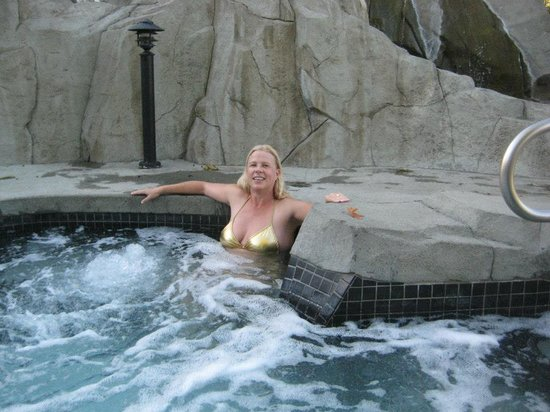 Pacific Shores Resort and Spa: The hot tub near the spa