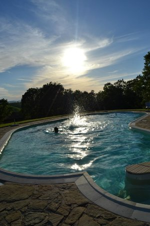 Buonconvento, Italy: la piscina al tramonto