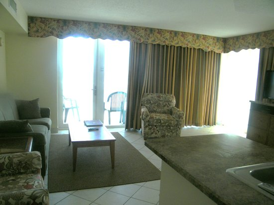 Royal Floridian Resort: view of the living room and the balcony overlooking the pool and ocean