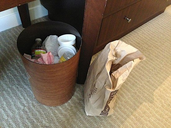 Hotel Nikko San Francisco: OVerflowing Trash Can