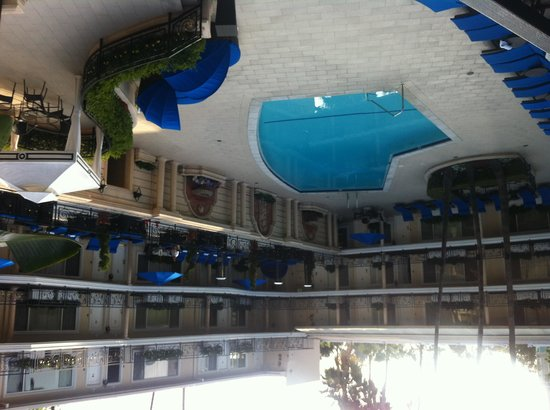 Beverly Hills Plaza Hotel: Pool