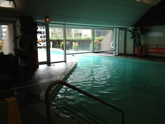 Hilton Toronto : inside of the pool