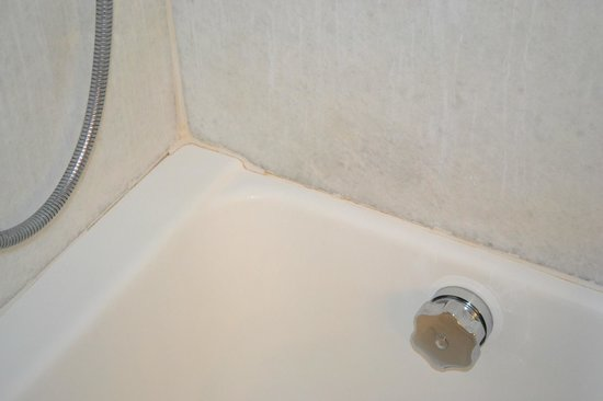 Rome Cavalieri, Waldorf Astoria Hotels &amp; Resorts: Bathtub needs caulking